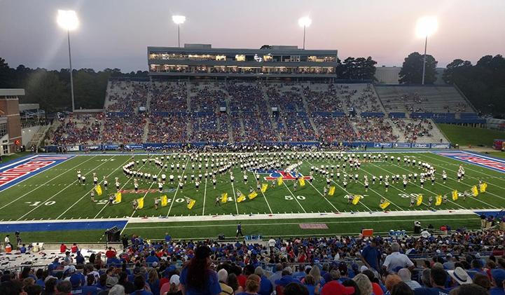 L'ouverture d'un match des Bulldogs, équipe de football américain de l'université